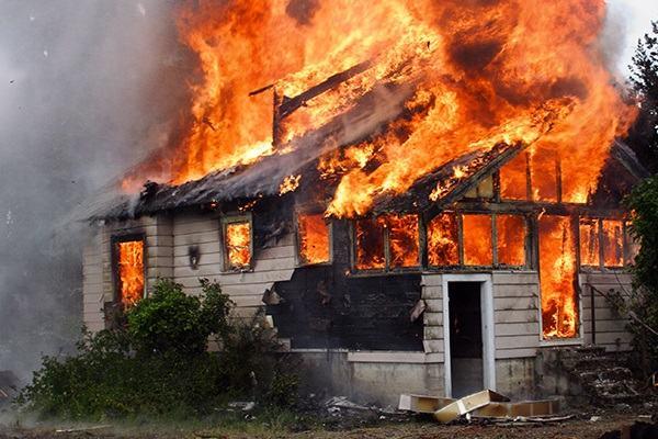 Nằm mơ thấy cháy nhà đánh con gì